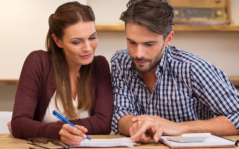 couple comparing lists - Un minut pentru relația ta - 8 Ianuarie 2018- Căutând și primind ajutor